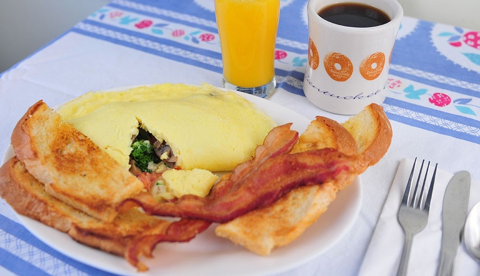 omelet with toast and bacon